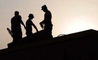 長時間労働は心房細動発症リスクを高めますか?